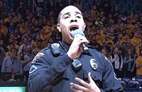 Полицейский потрясающе исполняет гимн перед баскетбольным матчем