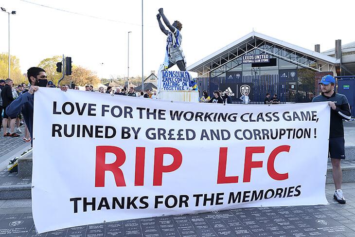 Первый матч клуба-основателя Суперлиги: Клопп прервал общее молчание, «Ливерпуль» освистали у стадиона, «Лидс» надел майки в защиту ЛЧ