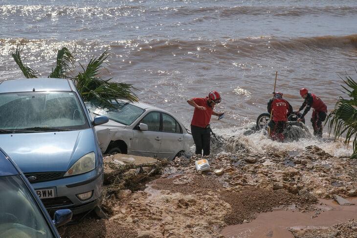 Стадион любительской команды в Каталонии накрыло метровым слоем грязи после шторма. «Барса» и «Эспаньол» помогут, а федерация – нет