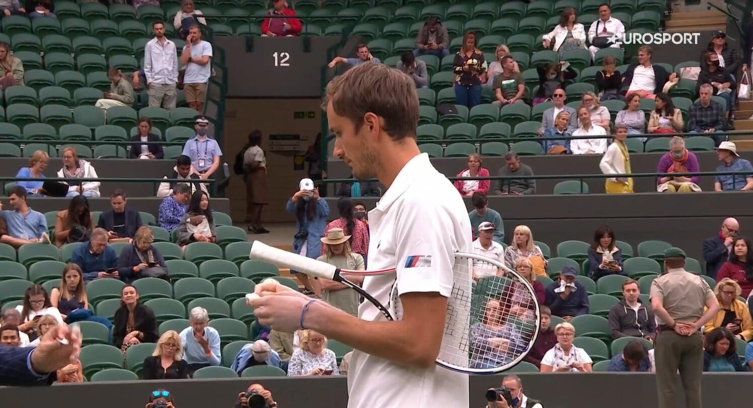 Медведев всегда выходит на матчи со странно белыми руками. В чем они? И зачем?