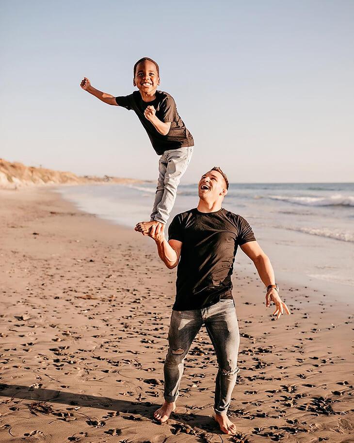 Претендент на титул UFC воспитывает темнокожего ребенка. Он отличный папа, но недавно угодил в расистский скандал