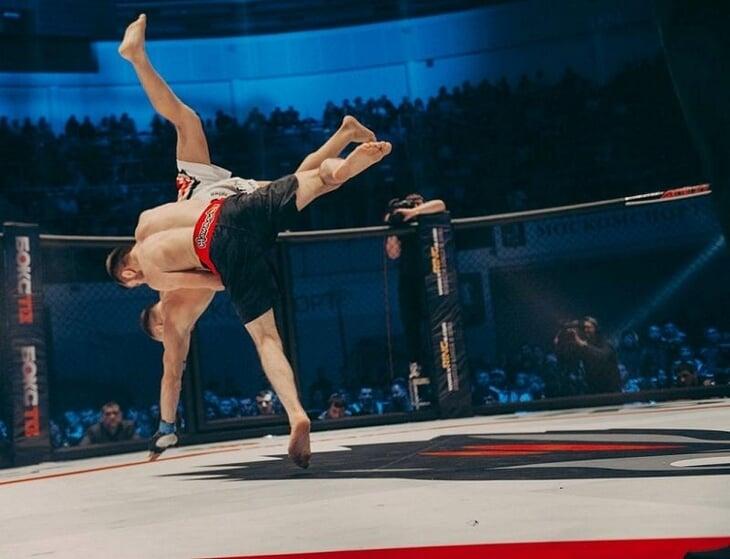 Петру Яну угрожают уничтожением в стиле Хабиба. Но в карьере чемпиона есть два боя против дагестанца, которые отлично его подготовили