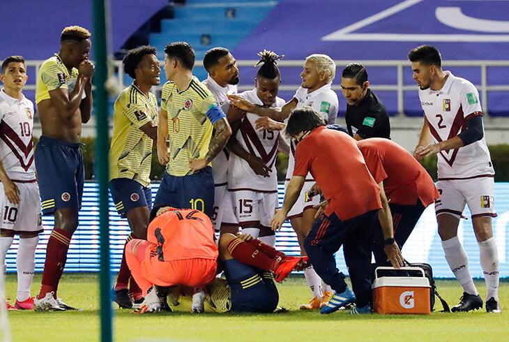 Ужасная травма защитника Колумбии: стопу вывернуло влево. Судья удалил соперника, но ВАР отменил красную