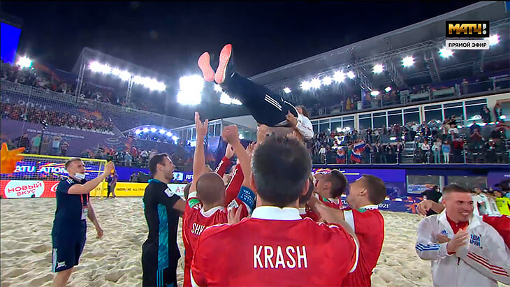 Наши футболисты смакуют золото на песке: поцелуй Краша с женой, танец Папоротного и полет Лихачева 💪
