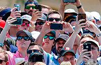 Так выглядят трибуны в 2к18. Смартфоны, смартфоны и... смартфоны