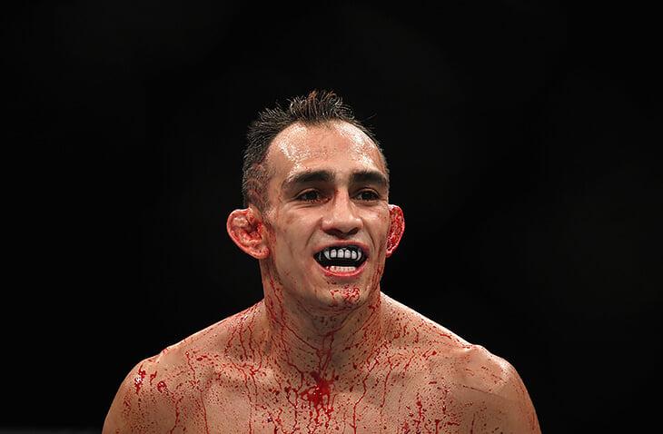 Боец UFC Тони Фергюсон никогда не сдается из-за болевых. Он чудом не получал переломы (был слышен хруст), а однажды – уснул от удушающего