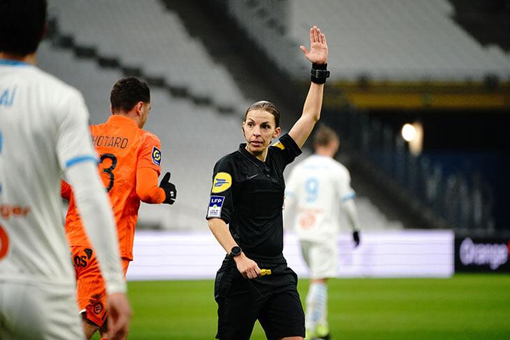 Кобелев считает, что женщина не может разбираться в футболе. Но дамы руководят клубами АПЛ, судят ЛЧ и тренируют мужские чемпионские команды