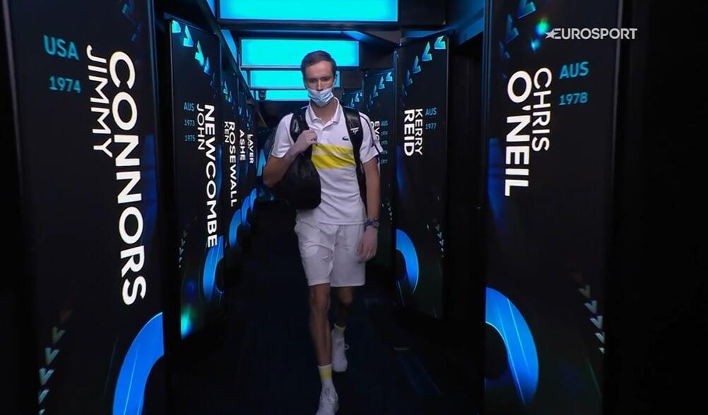 Медведев бьется за Australian Open с Джоковичем. Даниил проиграл первый сет. Онлайн