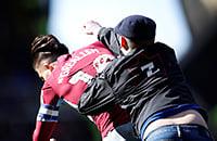 Дикость в чемпионшипе: фанат выскочил на поле и ударил капитана «Астон Виллы» по лицу. Тот ответил голом
