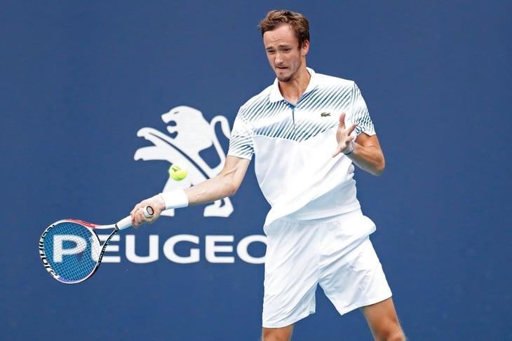 Федерер разгромил Медведева: сломал игру укороченным и был лучше в обороне