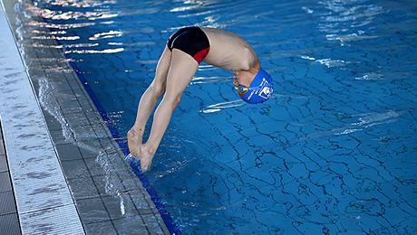 Мальчик без рук научился плавать. Фантастика!
