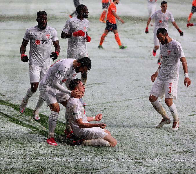 Коварство снежного футбола в Турции. Игроков в белой форме просто не видно ❄️