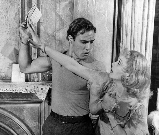 Марлону Брандо сломали нос во время спектакля на Бродвее. Актер за кулисами спарринговал с пожарным, который оказался боксером