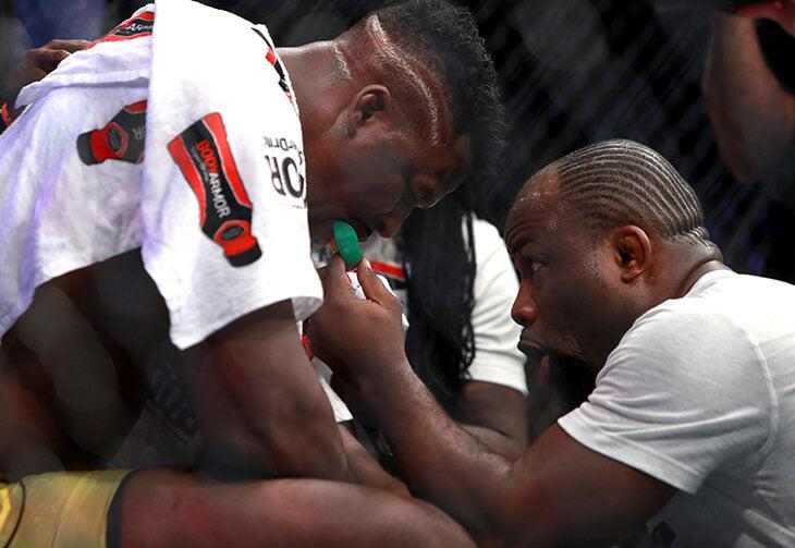 Нганну работал на песчаных карьерах Камеруна, был в тюрьме, лагере для беженцев и бомжевал в Париже. Теперь он дерется за пояс UFC