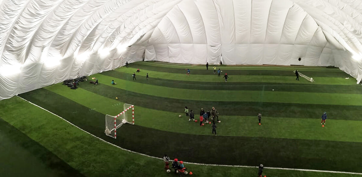 Предприниматель из Подмосковья построил манеж для детского футбола. В нем можно играть зимой