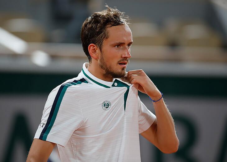 Медведев проиграл Циципасу в четвертьфинале «Ролан Гаррос». Не справился с грунтовым великолепием грека