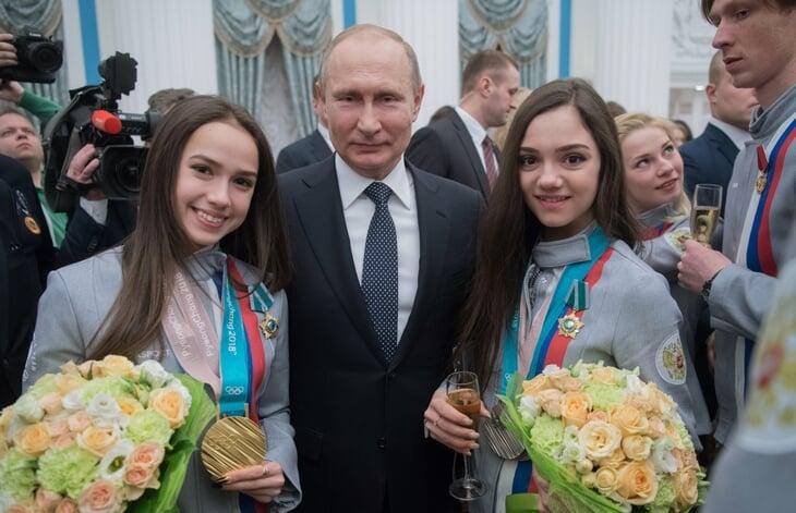 12 милейших фото, где Загитова и Медведева вместе: объятия, шампанское и тот самый подиум