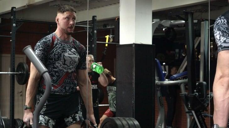 Александр Волков – давно не дрищ. Из бойца UFC сделали машину, а мы поговорили с тренером, который подсадил его на качалку