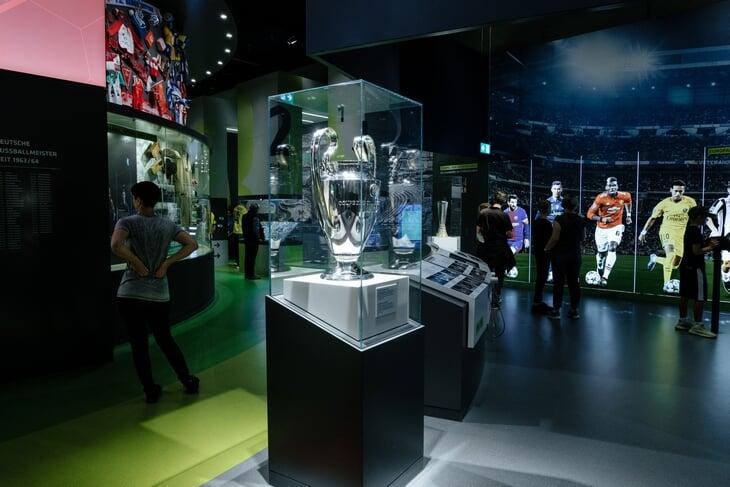 Медаль чемпиона ГДР, витрина предателей, узбекские подарки Беккенбауэру: экскурсия по музею немецкого футбола в Дортмунде