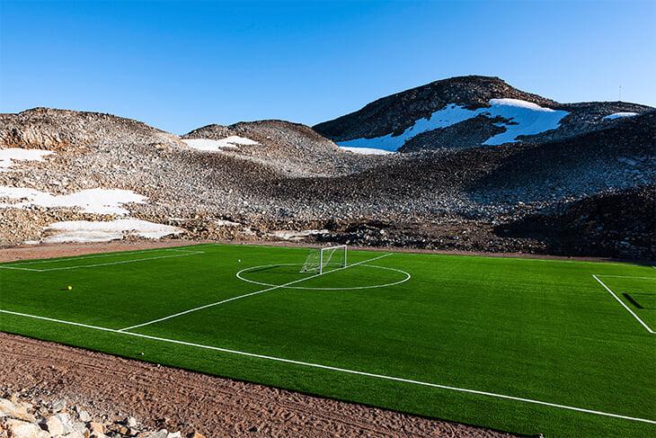 Гренландия влюблена в футбол: там мечтают о ЧМ, играют в 100 метрах от айсбергов и китов, а вместо трибун – скалы