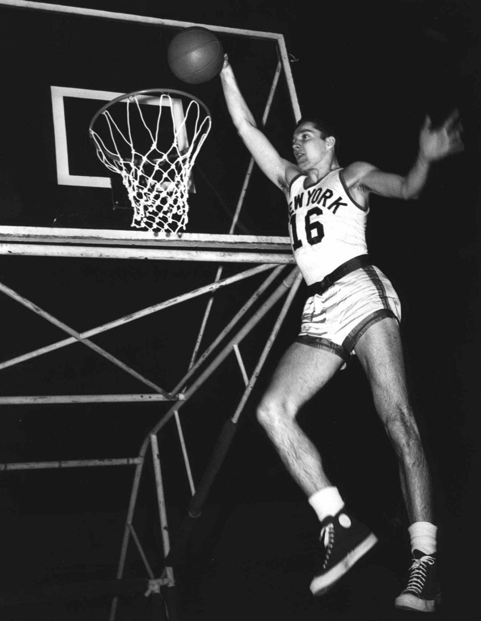 Самую титулованную команду НБА спас от исчезновения баскетболист-баянист