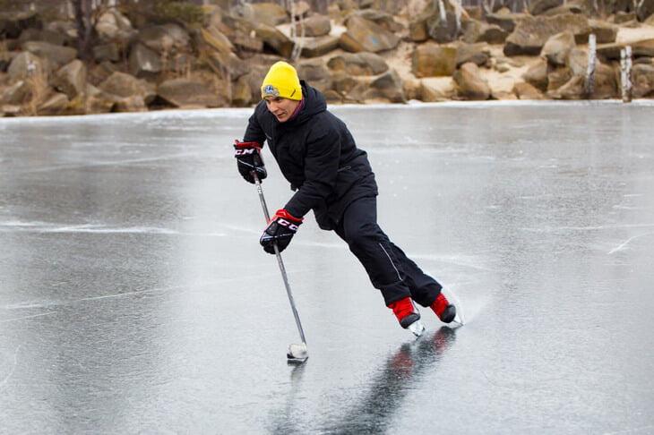 «Тренер был другом директора и не выходил на лед, потому что не умел кататься». История первого русского героя скоростного спуска на коньках