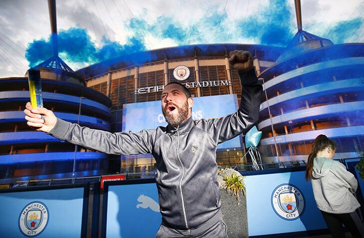 «Сити» скромно отпраздновал чемпионство: фанаты подымили у стадиона, а у команды режим – утром тренировка