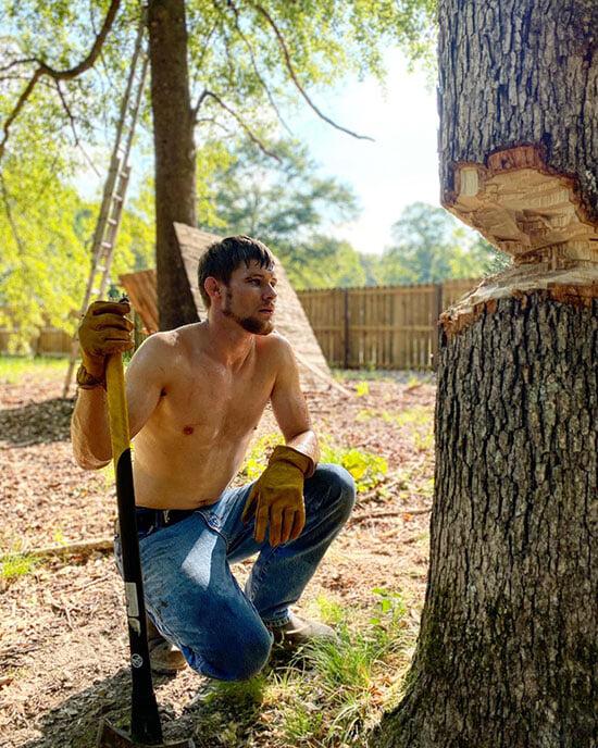 Боец UFC душит оленей на охоте голыми руками и дерется только в камуфляжной форме. А однажды он заправил дрель в штаны: и так порвал мошонку