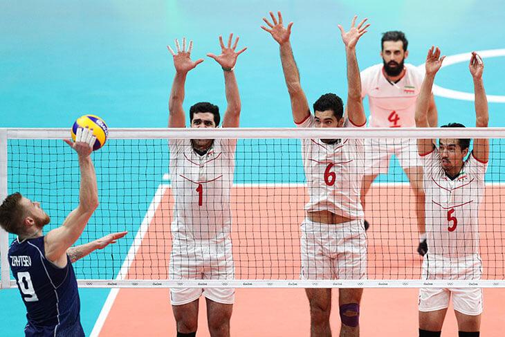 Ого, Владимир Алекно работает в Иране: не был там 32 года, а теперь нравится игрокам и получает букеты на 9 мая