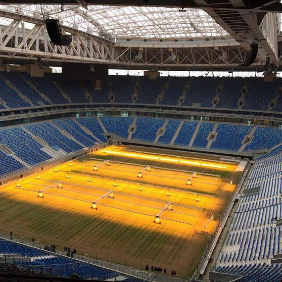 В Мариуполе будят футбольный газон на стадионе