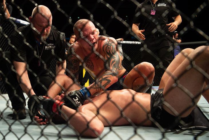 Густафссон снова провалился на турнире UFC в Швеции и завершил карьеру. Смит его задушил, вернувшись в титульную гонку