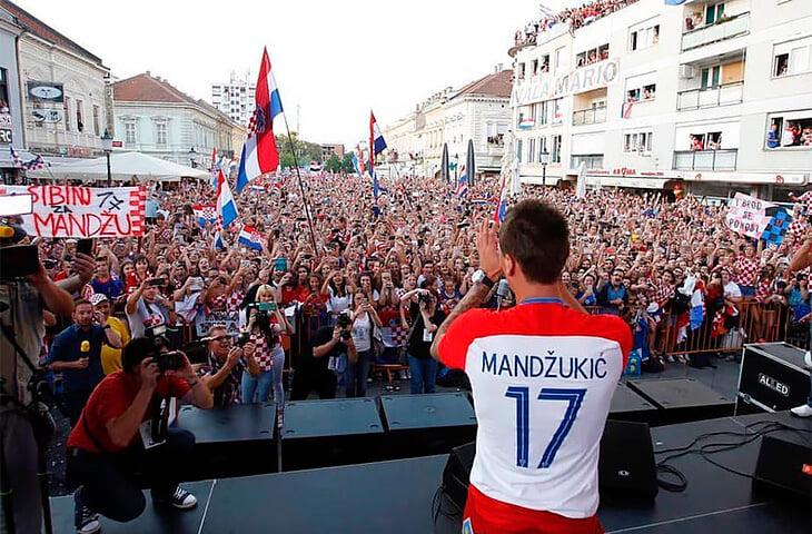 Марио Манджукич закончил с футболом. В жизни он совсем другой: помогает родному городку, обожает собак и женат на деревенской девушке