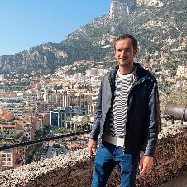 Медведев обсудил деньги с Тиньковым: сколько зарабатывает, платит налогов и отдает агентам и тренерам