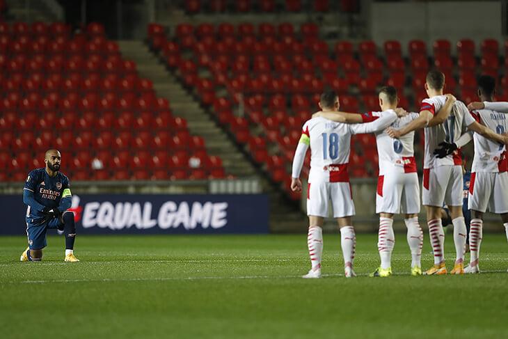 Контраст перед свистком в Праге: игроки «Славии» выстроились в ряд перед вставшим на колено «Арсеналом»