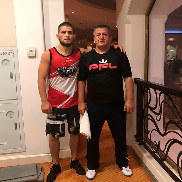 Тренировки с Хабибом, слезы от пояса UFC, встреча с Путиным: жизнь Абдулманапа Нурмагомедова в фотографиях