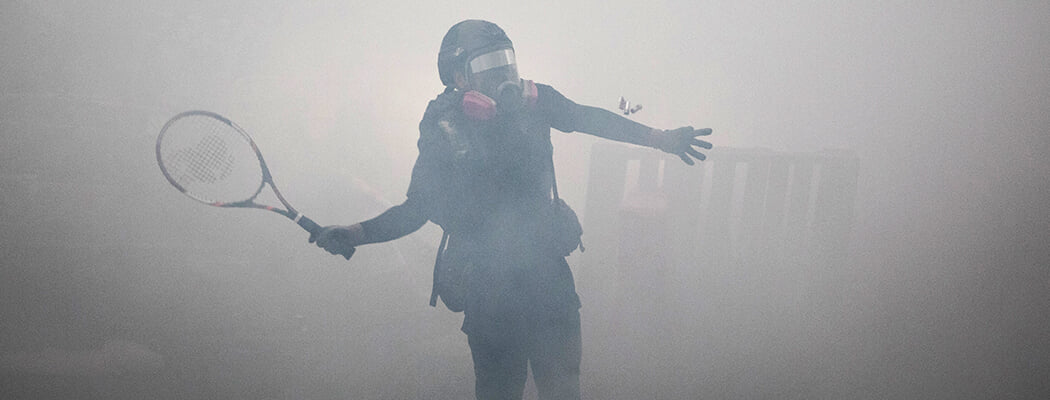 Ракетка – оружие гражданского протеста. Ею отбивают слезоточивый газ и дымовухи