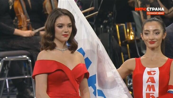 Загитова и Медведева – на юбилее школы: Женя вела концерт в ярком платье, Алина аплодировала с первого ряда, обе получили медали