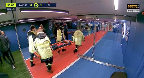 Неймара в слезах унесли на носилках в матче с «Лионом». Он получил травму после подката - Футбол