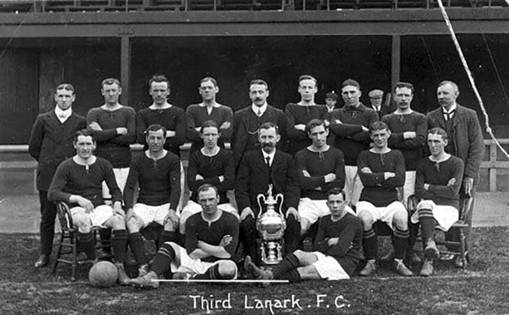 Один из старейших клубов Шотландии уничтожил жадный владелец. Он заставлял игроков косить траву и тренироваться на улице