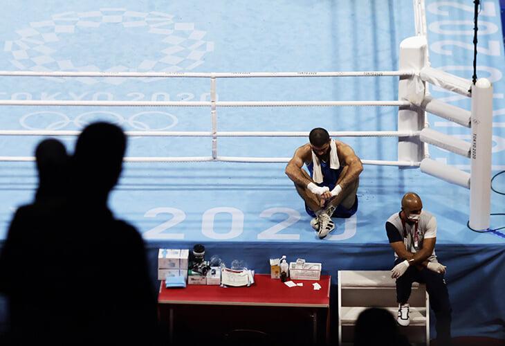 Забастовка боксера на Олимпиаде: выплюнул капу, кричал на судей, а потом почти час сидел в ринге