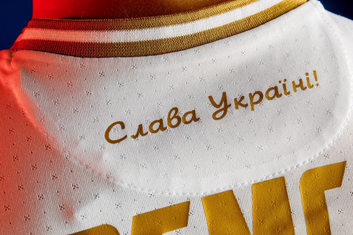 Надпись Героям слава на форме Украины должна быть прикрыта. Делегат УЕФА будет проверять это перед матчами