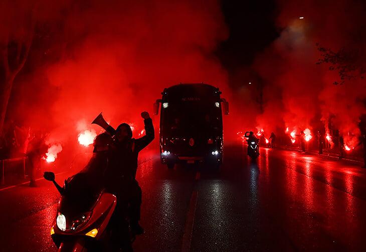 Фаны «Милана» встретили автобус команды так, будто в мире есть лишь два цвета – красный и черный