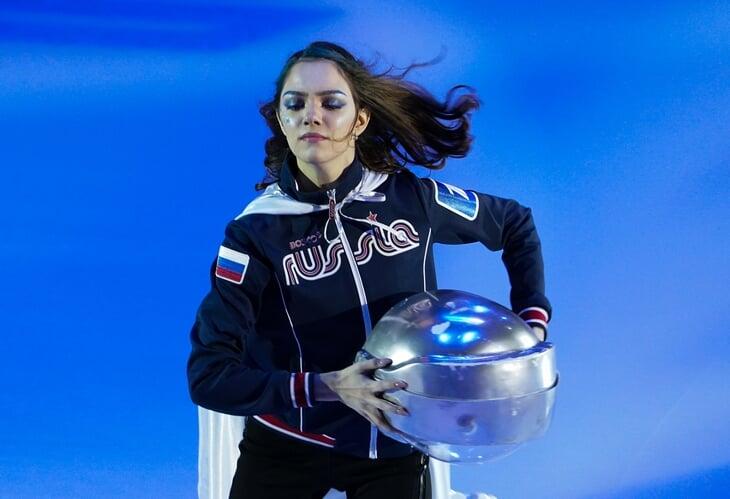 Медведева в космическом шлеме, Загитова с клюшкой, а Трусова упала (дважды): выход фигуристов в новом шоу-турнире