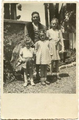 Леа Периколи – Курникова 60-х. Стала звездой из-за откровенных платьев, отец (которого из плена спас император Эфиопии) даже запрещал ей играть