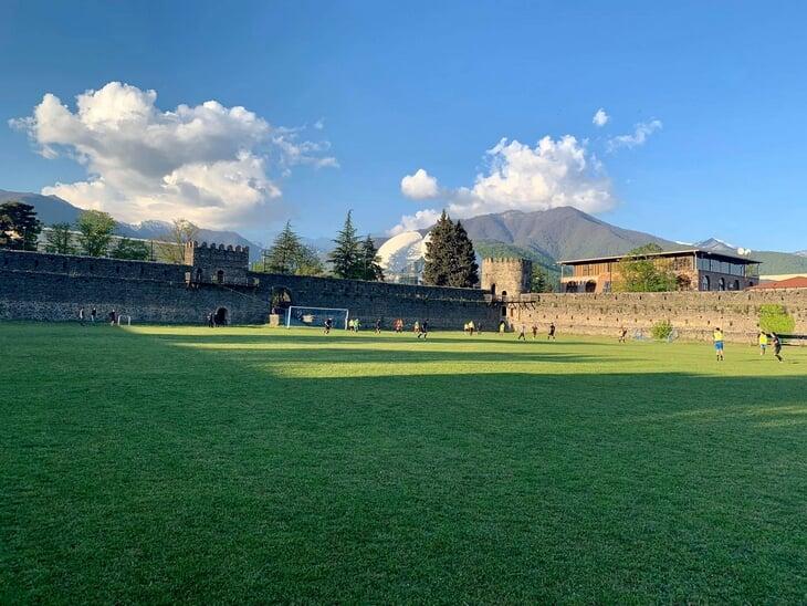 Фантастическое поле прямо в старинной крепости: там играли топ-клубы Грузии, рядом разливают «Киндзмараули» 🍷