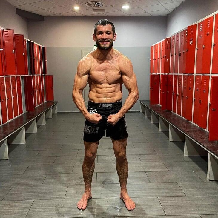 Восходящая звезда UFC из Узбекистана: работал гастарбайтером в Томске, якобы снимался в гей-порно и дружит с Мейвезером