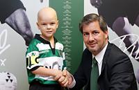 «Спортинг» подписал контракт с 5-летним болельщиком, который борется с раком