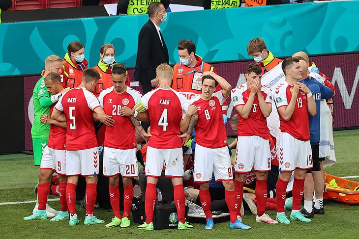 Страшный момент. Игроки сборной Дании закрывают собой Эриксена и не скрывают слез