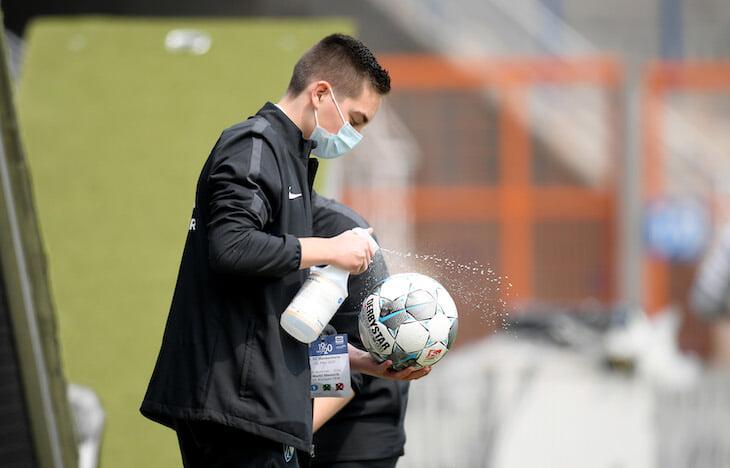 Угловой флажок в маске, дезинфекция мячей и интервью на расстоянии: новая нормальность в Германии