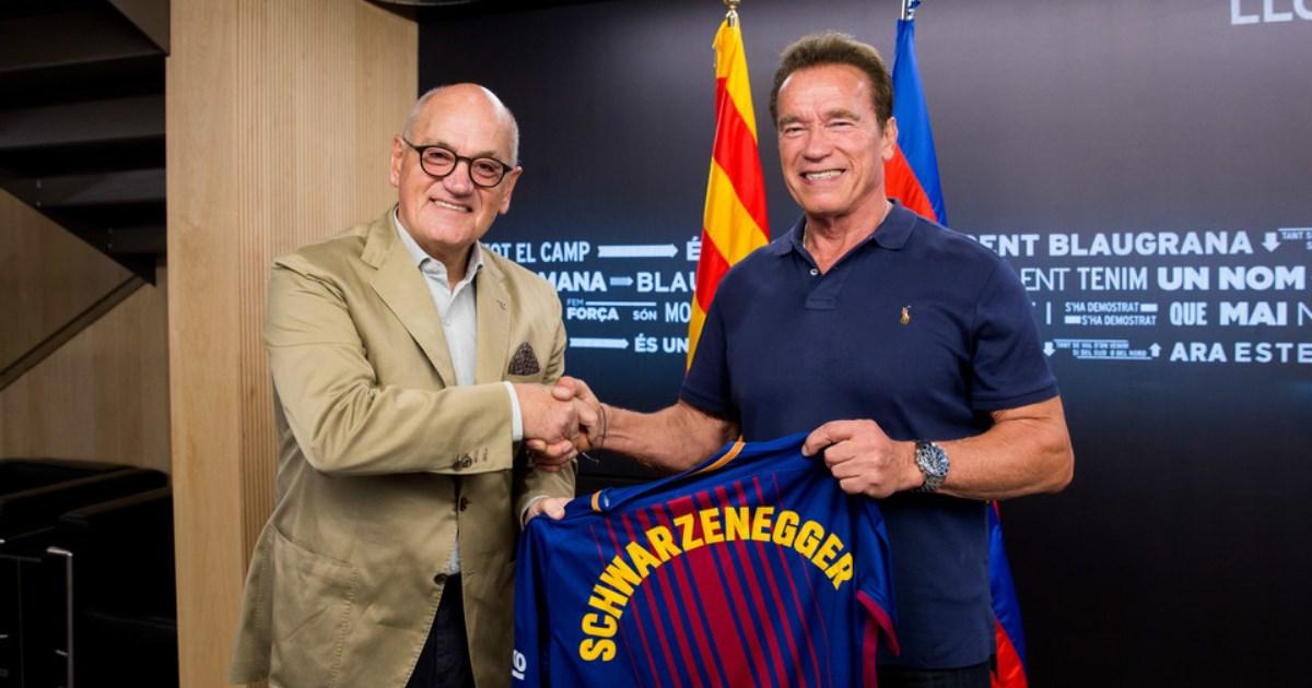 Шварцнеггер посетил «Камп Ноу» иполучил именную футболку «Барселоны»